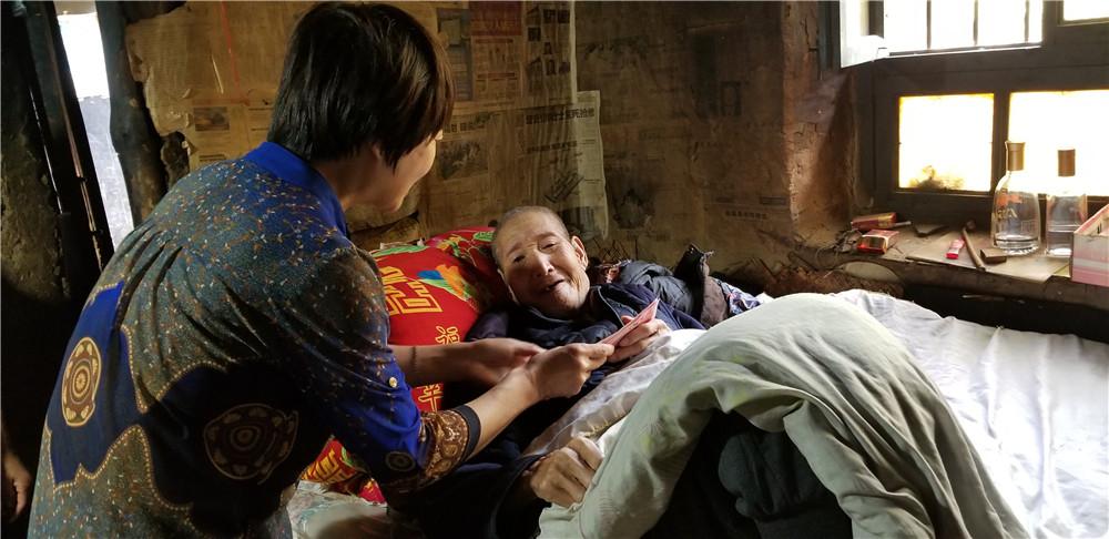 李淑霞在三岔河镇慰问困难老党员